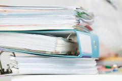 Pila de muchas carpetas con los documentos Imagen de archivo