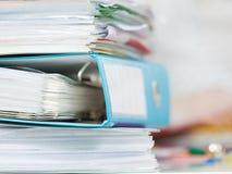 Pila de muchas carpetas con los documentos Fotografía de archivo libre de regalías