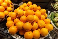 Pila de muchas mandarinas frescas en el mercado Foto de archivo libre de regalías