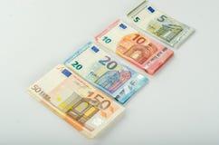 Pila de muchos billetes de banco euro fotos de archivo