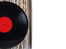 Pila de muchos discos de vinilo en viejas cubiertas del color en lado izquierdo en la foto en el fondo blanco fotografía de archivo