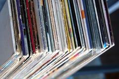 Pila de muchos discos de vinilo en viejas cubiertas del color en una opinión superior del estante imágenes de archivo libres de regalías