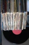 Pila de muchos discos de vinilo en viejas cubiertas y de placa giratoria en caja gris foto de archivo