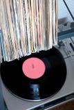 Pila de muchos discos de vinilo en viejas cubiertas y de placa giratoria en caja gris imagenes de archivo