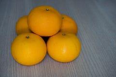 Pila de 5 naranjas en de madera Imagenes de archivo