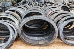 Pila de neumático viejo del negro de la rueda Fotos de archivo libres de regalías