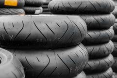 Pila de neumáticos/de neumáticos de la motocicleta Foto de archivo libre de regalías