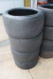 Pila de neumáticos que compiten con gastados Imagen de archivo
