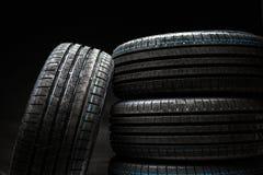 Pila de neumáticos de coche a estrenar del alto rendimiento Imagenes de archivo