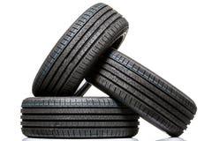 Pila de neumáticos de coche a estrenar del alto rendimiento Imagen de archivo