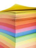 Pila de notas multicoloras imágenes de archivo libres de regalías