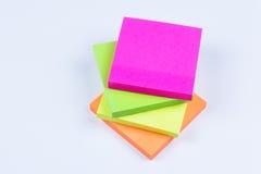 Pila de notas pegajosas coloreadas Fotografía de archivo libre de regalías