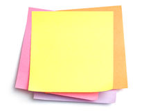 Pila de notas pegajosas sobre blanco imagenes de archivo