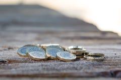 Pila de nuevas monedas de libra británica foto de archivo
