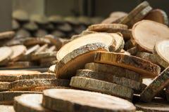 Pila de nuevos pernos prisioneros de madera Foto de archivo libre de regalías
