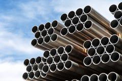 Pila de nuevos tubos de acero en un emplazamiento de la obra Fotos de archivo libres de regalías