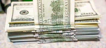 Pila de nuevos y viejos cientos billetes de dólar Fotos de archivo libres de regalías