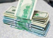 Pila de nuevos y viejos cientos billetes de dólar Fotos de archivo