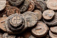 Pila de opinión superior bizantina antigua de las monedas de cobre imágenes de archivo libres de regalías