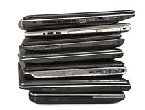 Pila de ordenadores portátiles viejos que aguardan la reparación aislada en el backgroun blanco Imágenes de archivo libres de regalías