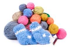 Pila de ovillos coloridos y de calcetines hechos punto Imagen de archivo libre de regalías