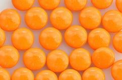 Pila de píldoras anaranjadas Fotos de archivo libres de regalías