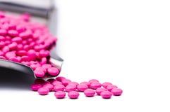 Pila de píldoras redondas rosadas de las tabletas revestidas del azúcar en la bandeja de la droga con el espacio de la copia Píld Imagen de archivo libre de regalías