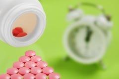 Pila de píldoras y de banco médicos en el fondo de cristal Imagenes de archivo