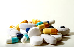 Pila de píldoras y de cápsulas Imagen de archivo