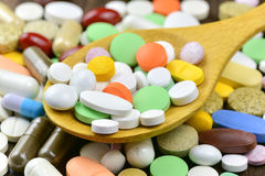 Pila de píldoras y de cápsulas imágenes de archivo libres de regalías