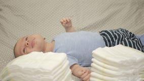 Pila de pañales disponibles del bebé almacen de video