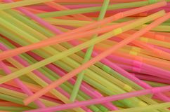 Pila de pajas de beber plásticas coloreadas multi Fotos de archivo libres de regalías