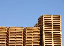 Pila de paletas de madera del envío imagen de archivo