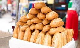 Pila de pan francés del baguette en la caja blanca Imagen de archivo libre de regalías