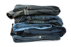 Pila de pantalones vaqueros fotos de archivo