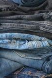 Pila de pantalones vaqueros imágenes de archivo libres de regalías