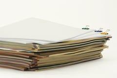 Pila de papel con los clips Imagen de archivo