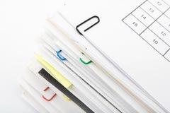 Pila de papel en el fondo blanco Foto de archivo