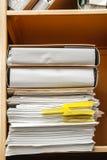 Pila de papel en estante para libros Foto de archivo libre de regalías