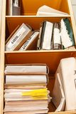 Pila de papel en estante para libros Fotos de archivo