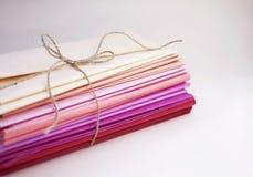 Pila de papel seda del color en el fondo blanco imagen de archivo