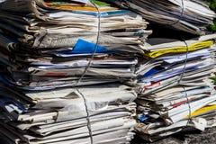 Pila de papel usado Periódicos viejos Fotos de archivo