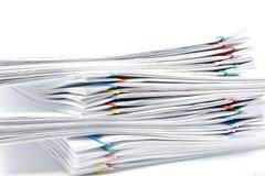 Pila de papeleo de la carga de trabajo en el fondo blanco Imagen de archivo
