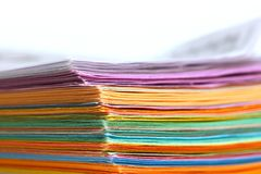 Pila de papeles coloridos Fotografía de archivo libre de regalías