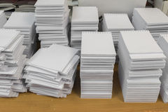 Pila de papeles en blanco perforados Imagen de archivo