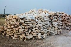 Pila de pedazos crudos de la sal de roca foto de archivo libre de regalías