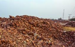 Pila de pedazos crudos de la sal de roca fotos de archivo
