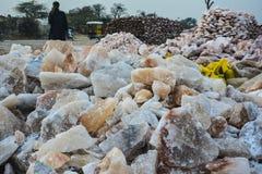 Pila de pedazos crudos de la sal de roca imagenes de archivo
