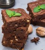 Pila de pedazos cuadrados cocidos de empanada del brownie del chocolate con walnu foto de archivo