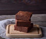 pila de pedazos cuadrados cocidos de torta del brownie del chocolate fotografía de archivo